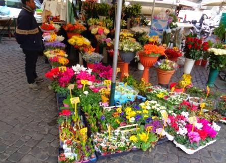 Stand mit bunten Blumen auf dem Campo de Fiori Rom