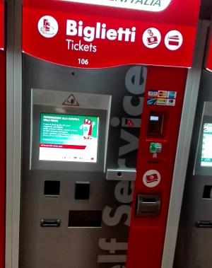 Ansicht eines Fahrkarten-Automaten der Bahn in Rom