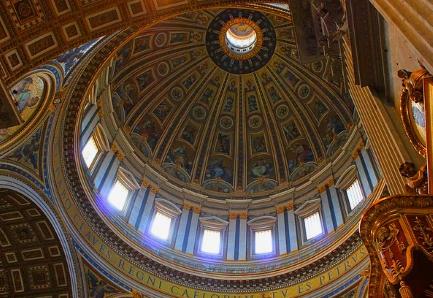 Die Kuppel des Petersdoms von unten