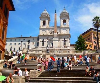Leute auf der Spanischen Treppe in Rom