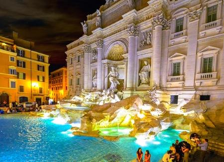 Beleuchteter Trevi Brunnen in Rom bei Nacht